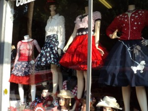 window-of-pink-plum-antiques-thrift-store-4th-of-july-clothing